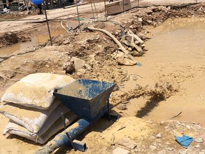 膨润土制备钻井泥浆现场图