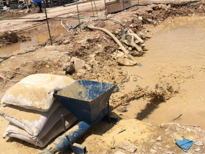 利用膨润土进行打桩配浆现场